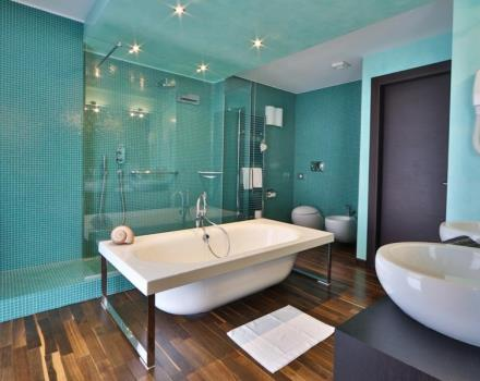 Looking for a romantic weekend in Padua? Relaxation and pampering in a bathroom with real water cascade and bubbles in the tub.